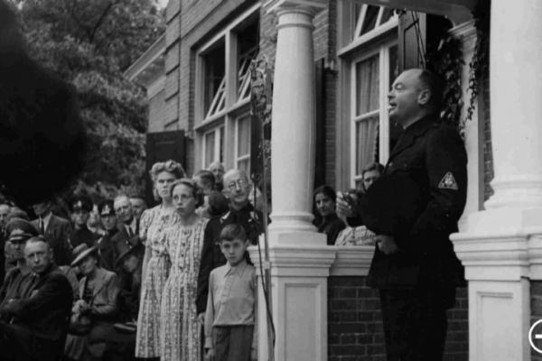 Anton Mussert spreekt in 1941 in Nijmegen Jeugdstormers toe bij de opening van de Westerhelling als NSB-centrum (Foto: Regionaal Archief Nijmegen | Publiek Domein)